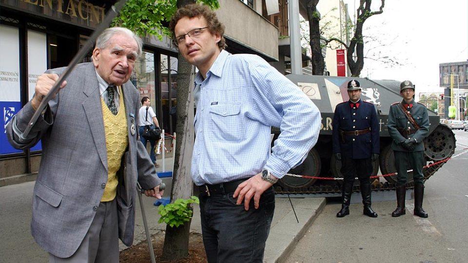 Alexandr Pícha se poblíž Hetzeru setkal se 100letým veteránem dr. Jaroslavem Andělem, který ukazuje, kde v květnu 1945 u Českého rozhlasu bojoval.