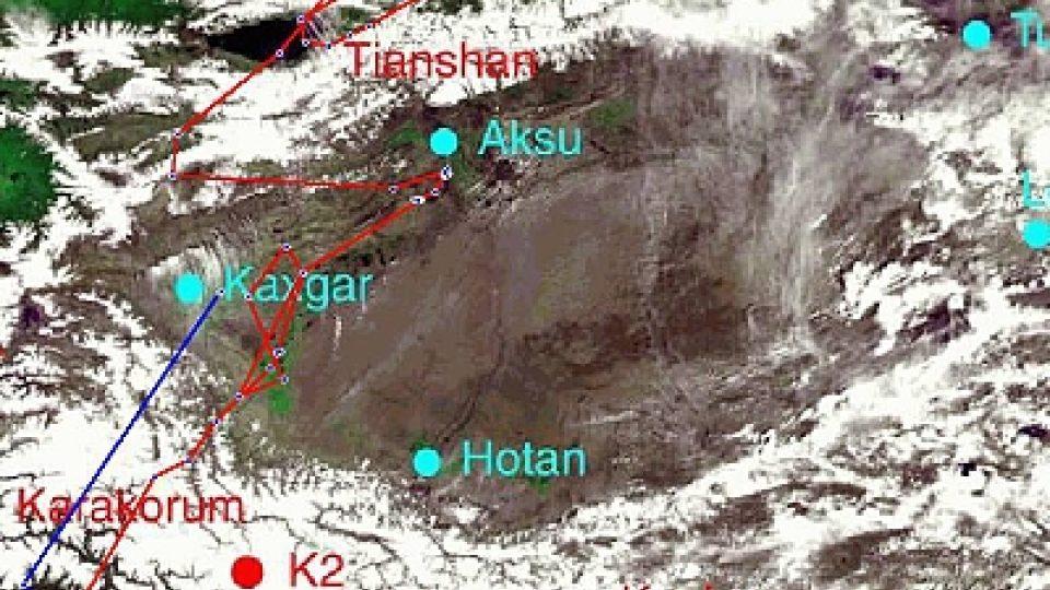 Přelet Karákoramu z různých pohledů (indický čáp - modrá linie, pro srovnání Kateřina - červená linie)