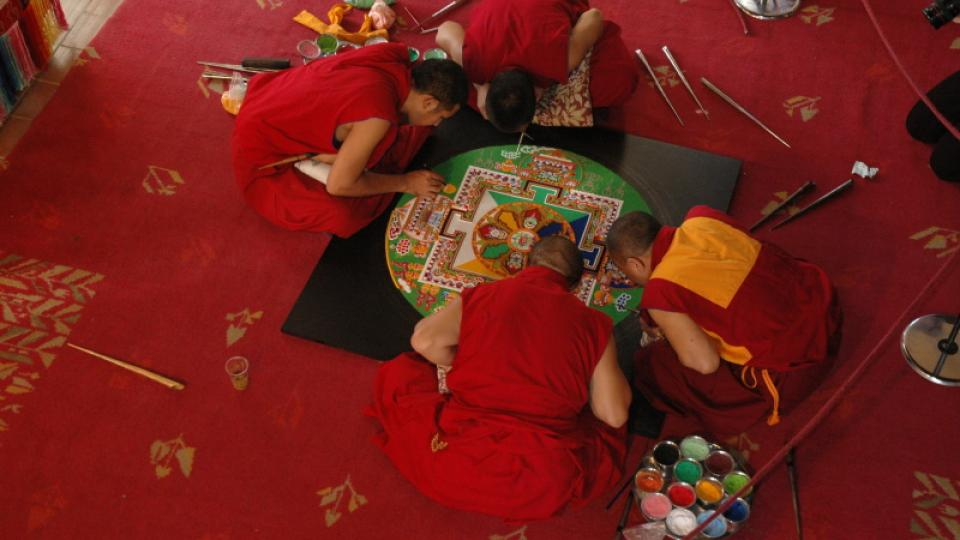 Mniši z kláštera Tašilhunpo vytvářejí mandalu