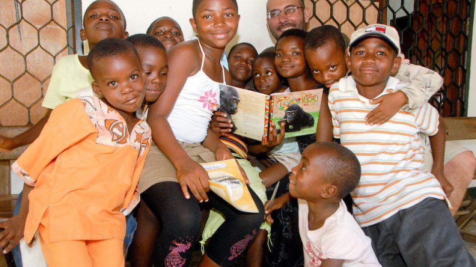 Autor pohádek Miroslav Bobek v obležení afrických dětí