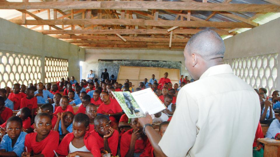 Glenn prezentuje knížku v rámci jeho výuky v Batoke Highschool