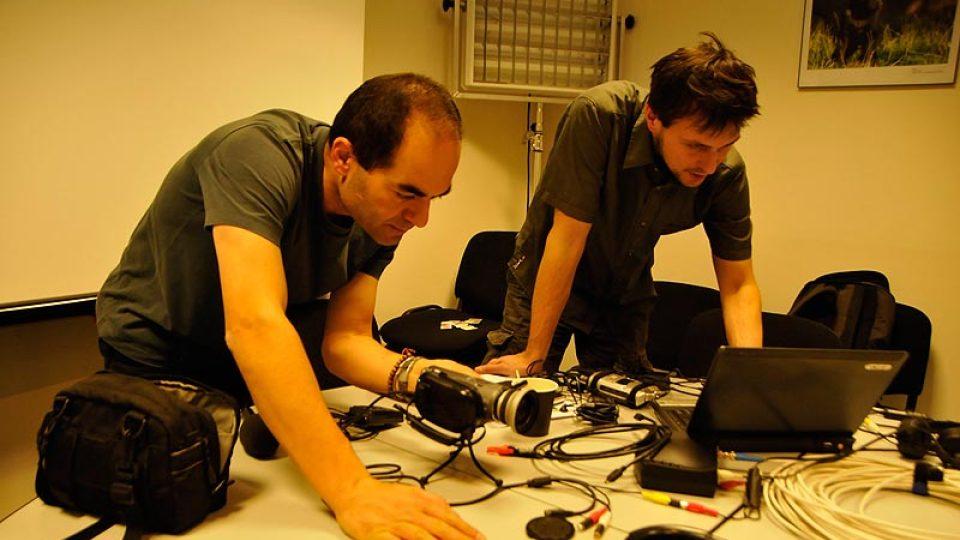 Khalil Baalbaki a Jirka Malina při balení techniky v Praze