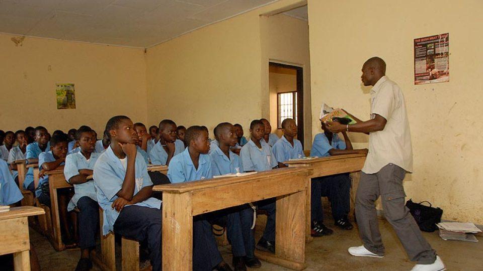 Fru z LWC vede ve škole Bonadikombo hodinu ekologické výchovy