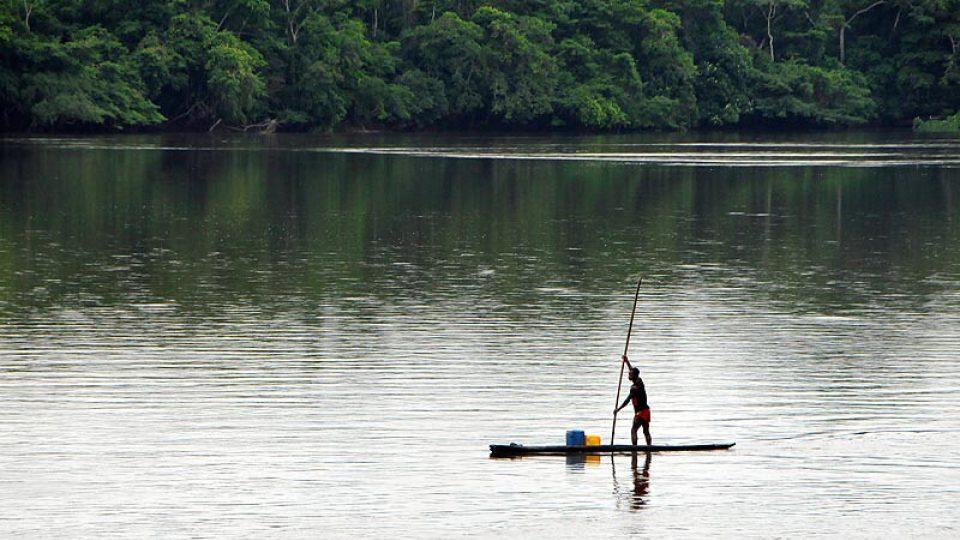 Piroga na řece Sangha