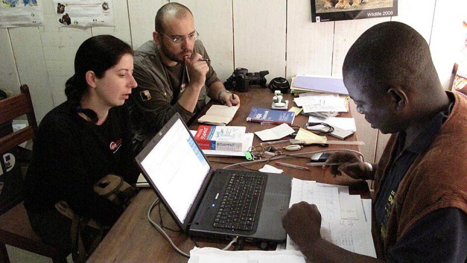 Christiane Ndadet z WWF v Bayanze připravuje itinerář našeho pobytu v Dzanga Sangha.