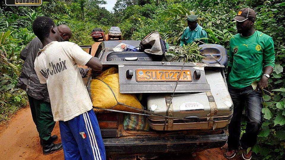 V pořadí čtvrté auto, které dnes jede z východu směrem na Djoum (potažmo Sangmelimu a Yaoundé). Rodina s dítětem a tomu na první pohled odpovídá i náklad.
