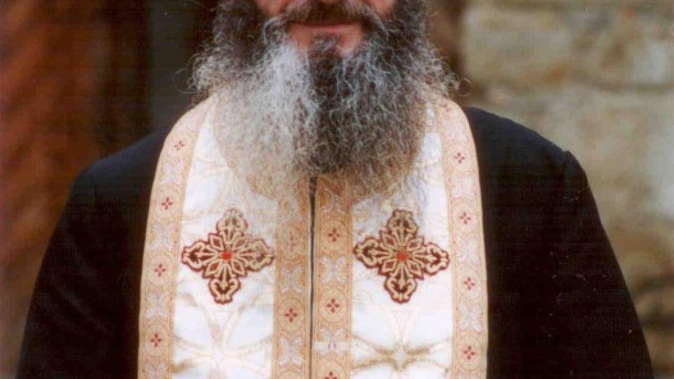 Rumunský kněz má no sobě kleriku, epitrachil a na hlavě skufii.