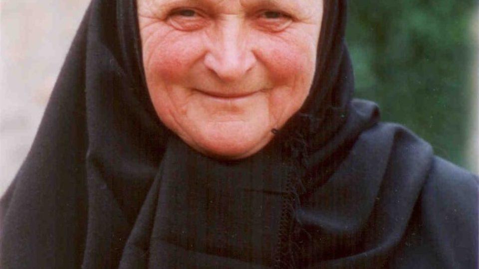Rumunská mniška s jejich typickým kloboučkem