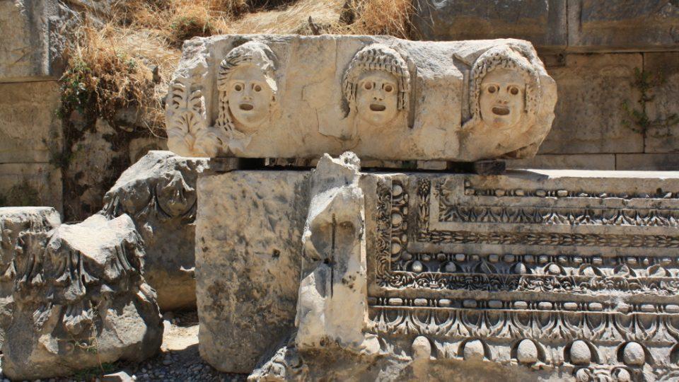 Divadelní masky vytesané do kamene v Myre
