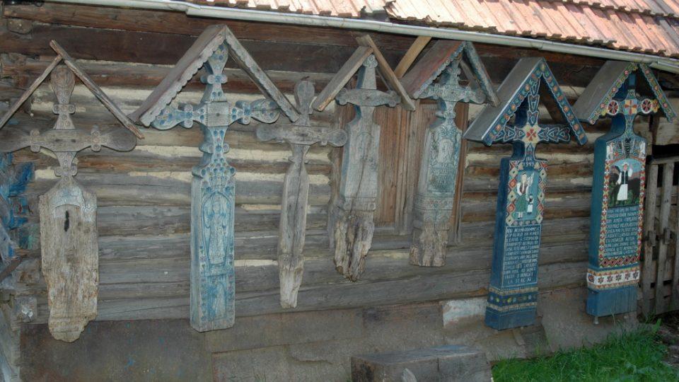 Na dvoře Pamětního domu Iona Stana Pătraşe všude visí kříže