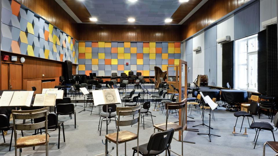 ČRo Regina - Studio A - velké hudební studio a jeho pracovní zázemí jsou vhodné zvláště pro natáčení taneční, jazzové a dechové hudby velkého obsazení, ale i pro natáčení malých skupin a pěveckých sborů a jakékoli vícestopé hudební produkce.