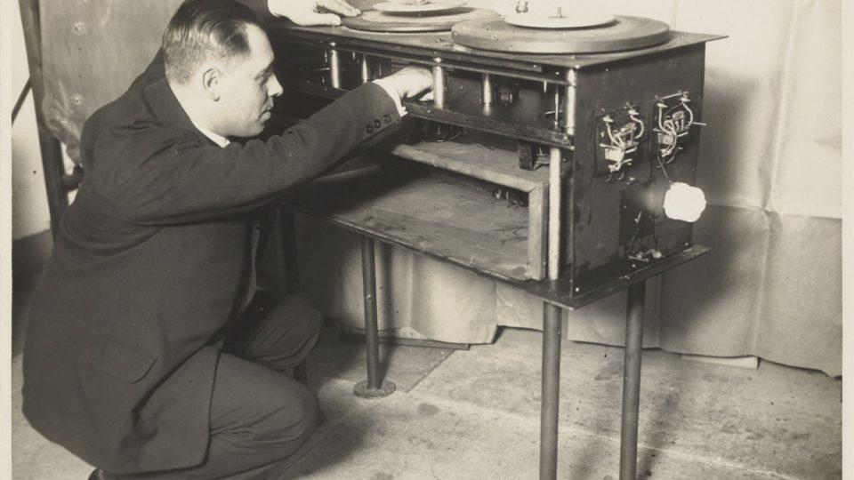 Gramofon spojený s filmovým projektorem (1929)