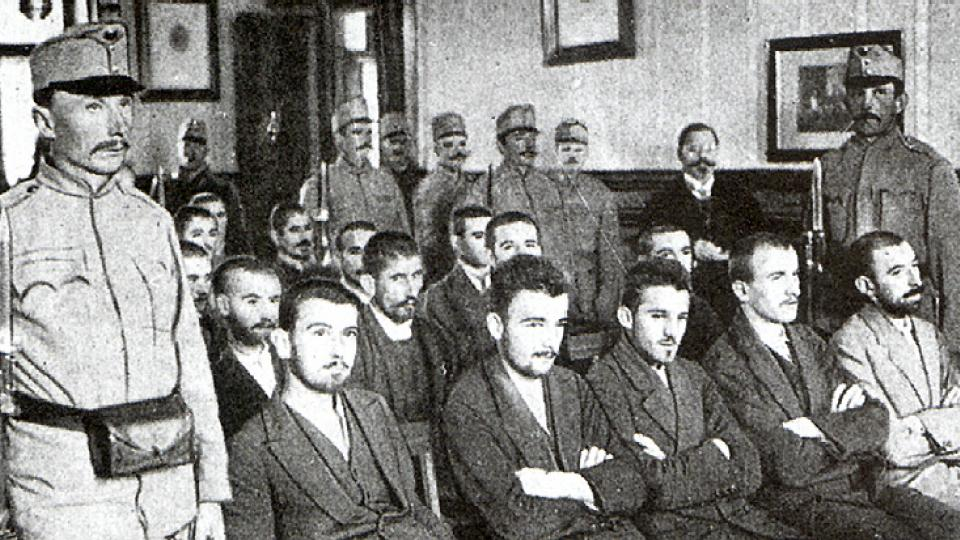 Soud s atentátníky - uprostřed Gavrilo Princip