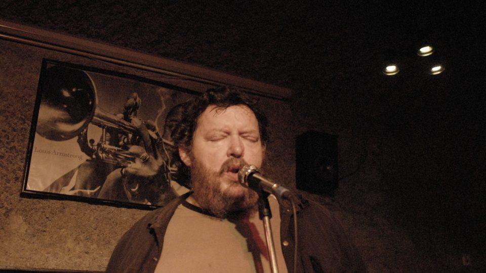 Radomil Uhlíř improvizuje v žižkovském hudebním klubu s kytaristou Joe Karafiátem