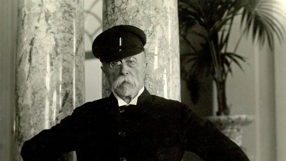 """Prezident T. G. Masaryk v tmavé verzi svého sportovně laděného vycházkového """"stejnokroje"""""""