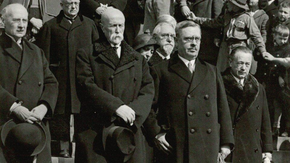 Prezident T. G. Masaryk, premiér Jan Malypetr a další členové vlády při tradičním velikonočním Prohlášení míru Československého Červeného kříže