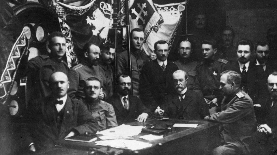 T. G. Masaryk a ostatní členové Československé národní rady skládají v Kyjevě slib věrnosti národu (30. ledna 1918)