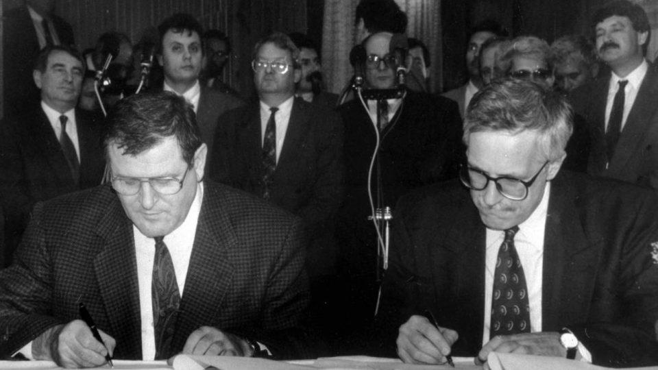 Rozpad Československa. Vladimír Mečiar a Václav Klaus podepisují dohodu o rozdělení republiky