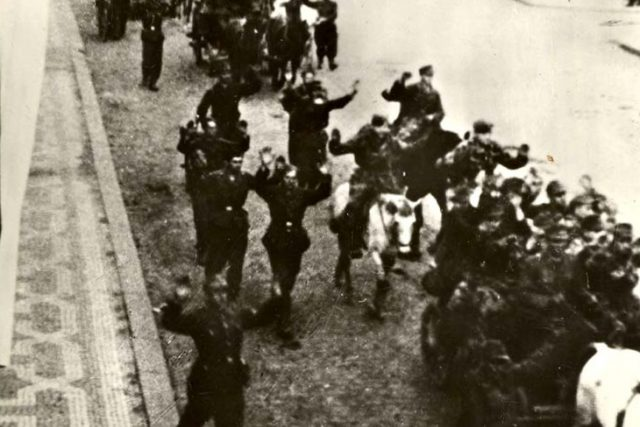 Vzdávající se němečtí vojáci v pražských ulicích