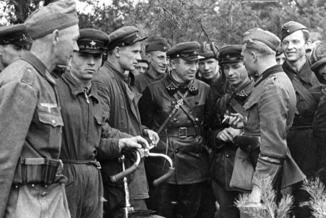 Němečtí a sovětští vojáci v Polsku, září 1939