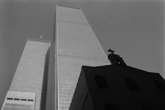 Světové obchodní centrum a pravoslavný kostel sv. Mikuláše před útoky z 11. září 2001,  během nichž byly zničeny | foto: Fotobanka Unsplash