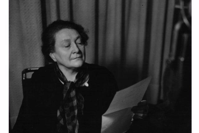 Bojovnice za ženská práva Františka Plamínková ve studiu Radiojournalu (1936)