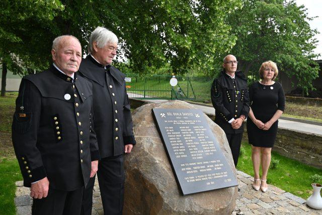 Slavnostní odhalení památníku u příležitosti 50. výročí tragédie na dole Dukla. Památník odhalila starostka Šardic Blažena Galiová (vpravo) spolu se zástupci hornických spolků