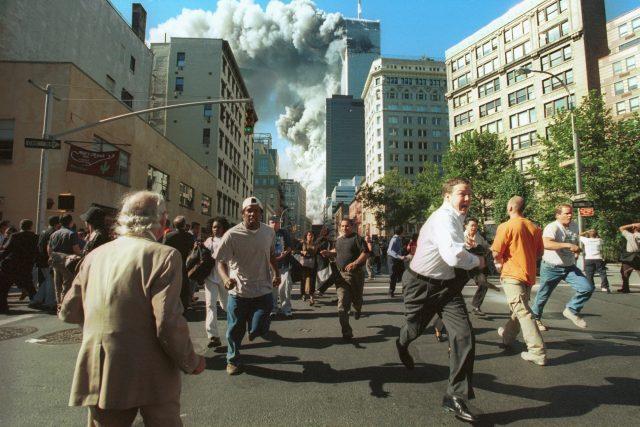 Panika v ulicích New Yorku,  která vypukla po teroristických útocích na Světové obchodní centrum 11. září 2001. Podobné snímky a televizní záběry se mnohým z nás zapsaly do paměti | foto: Profimedia