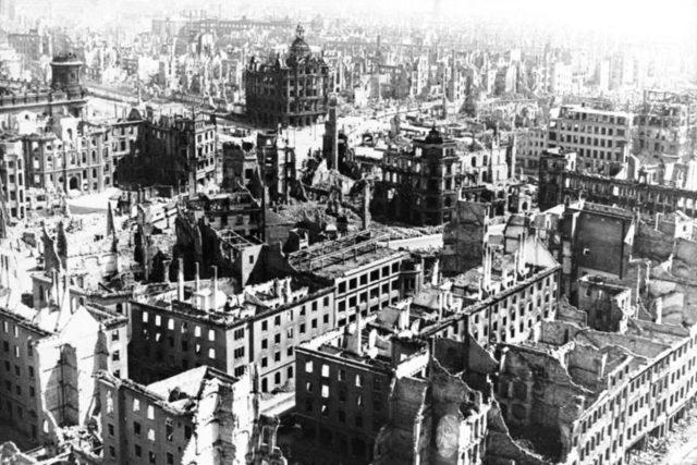 Před 75 lety začaly spojenecké letouny bombardovat německé Drážďany